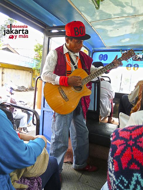 Cantante en el autobús de Yakarta