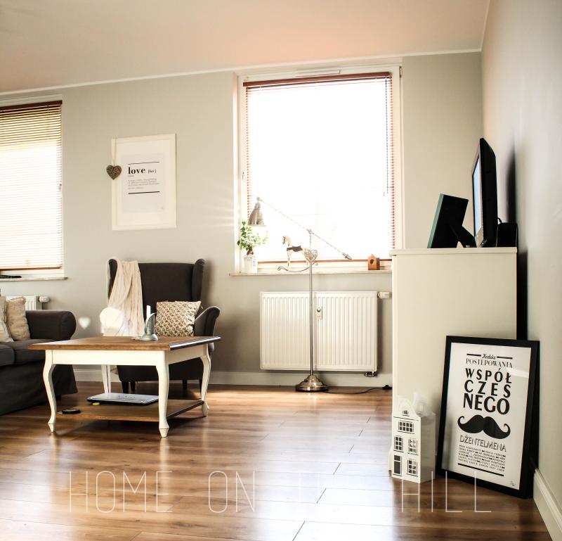 salon w skandynawskim stylu, fotel uszak, stolik kawowy