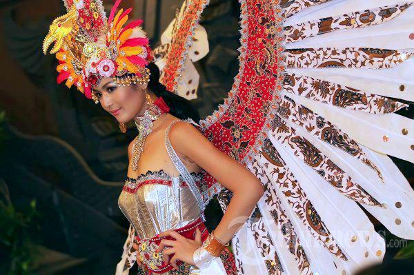 Miss Universe Indonesia 2012 Maria Selena Nurcahya in National Costume