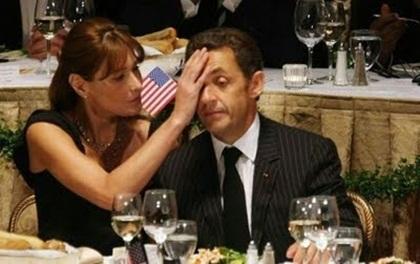 """Chẳng chịu thua kém chính khách Mỹ, Tổng thống Pháp Nicolas Sarkozy  cũng thích được """"làm nũng"""" với vợ hệt như một cậu nhóc"""