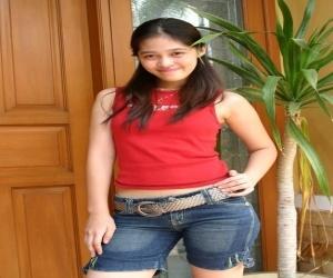 Gracia Indri Pose Seksi Dengan Kaos Merah