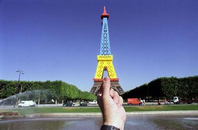 Foto Ilusi Menara Eiffel, foto ilusi, kumpulan foto ilusi