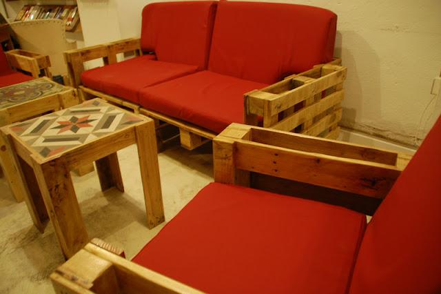 Sala de estar com móveis de paletes de madeira