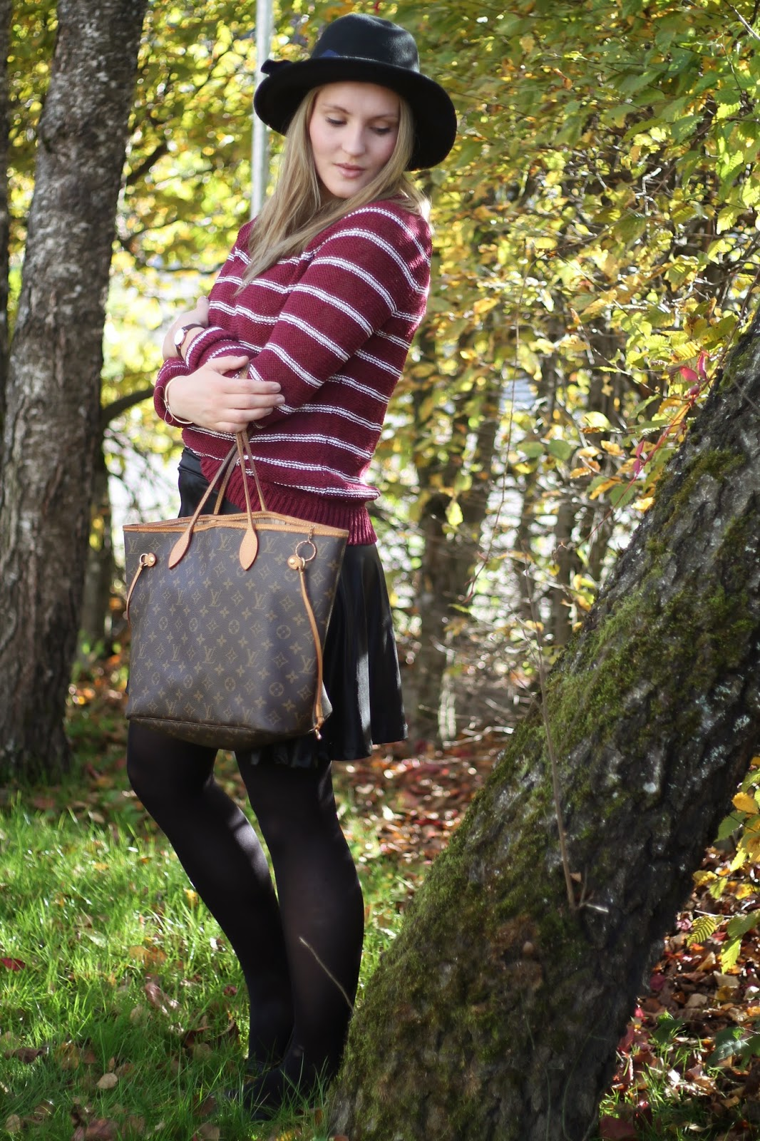 Fashionblogger Austria / Österreich / Deutsch / German / Kärnten / Carinthia / Klagenfurt / Köttmannsdorf / Spring Look / Classy / Edgy / Autumn / Autumn Style 2014 / Autumn Look / Fashionista Look / Striped Red White Sweater Forever 21 / Black Leather Skirt C&A / Louis Vuitton Neverfull Monogramm Canvas / Black Hat Forever 21 / Black Flats Burebrry / Daniel Wellington Watch / Gold Bow Bracelet /