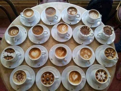 Foto café capuccino con diseños en la espuma