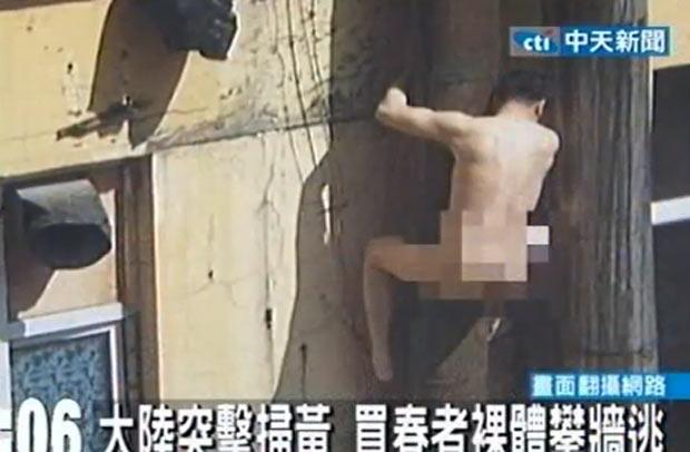 Um Homem Nu Foi Flagrado Correndo Atraves De Telhado Em Changchun