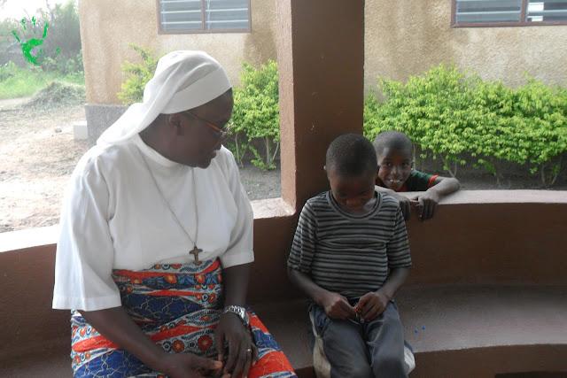 I bambini della Missione in Togo preparano le coroncine per il battesimo