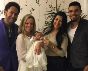 Cantor naldo e esposa apresentam a filha em igreja for Alex muralha e esposa