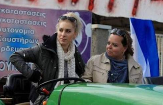 Η ξανθιά αγρότισσα της Κορίνθου που «τρέλανε» το Διαδίκτυο (φωτό)