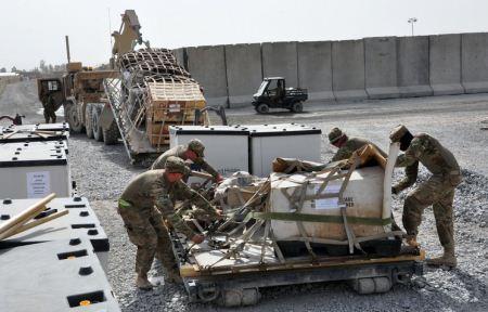 Militer AS menurunkan kargo di Afghanistan