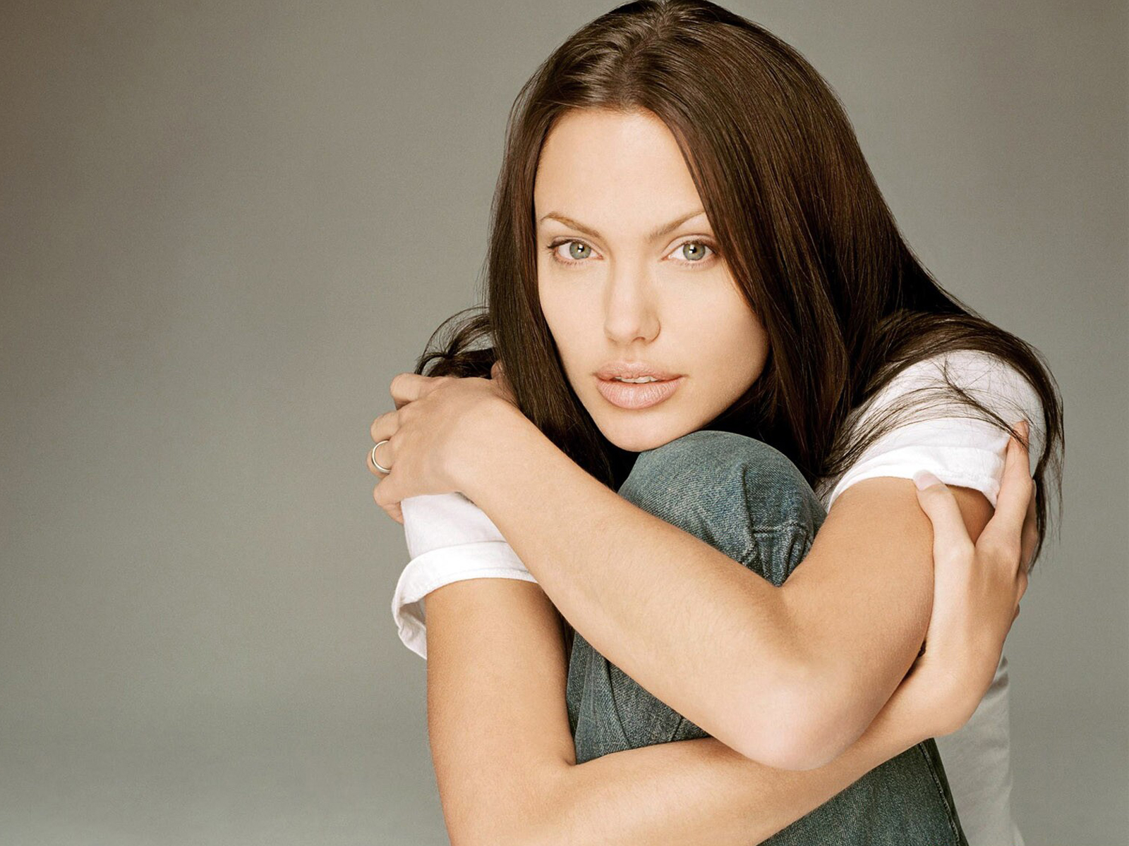 http://2.bp.blogspot.com/-94vhM6OQK1U/TxmFJr8rXWI/AAAAAAAABZ8/aLHfkPS-BTo/s1600/Angelina-Jolie-Wallpapers-Widescreen-4.jpg
