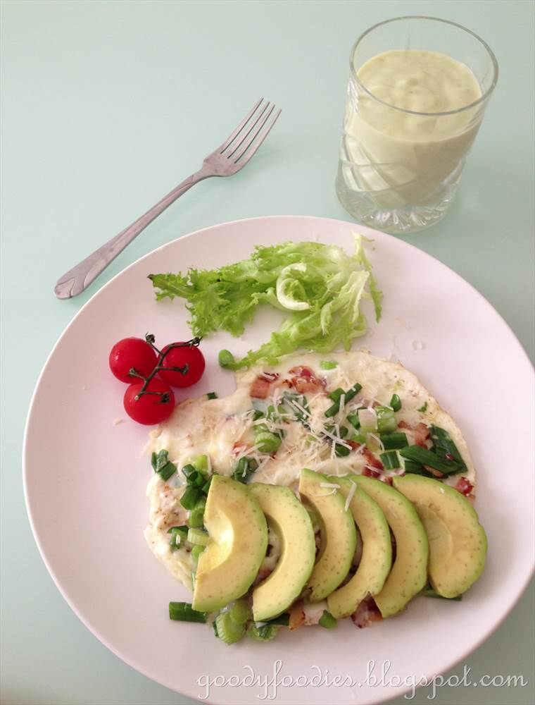GoodyFoodies: Recipe: Egg white omelette with bacon and sliced avocado