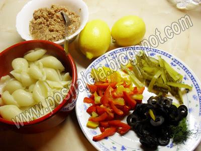Тестенина, маслине, лимун, паприка, мирођија, краставци
