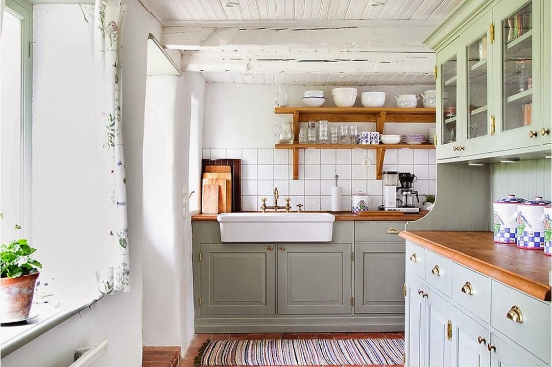 Ett platsbyggt kök som är penselmålat med linolja står högt upp ...