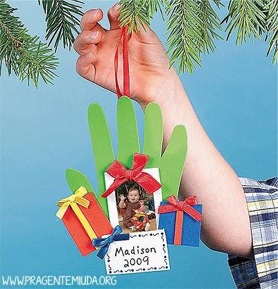 Lembrancinha de natal com molde das mãos