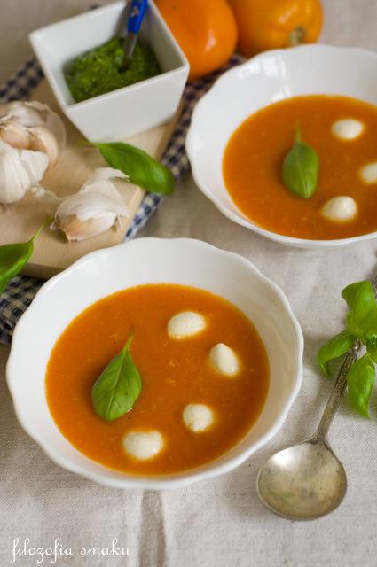 Zupa pomidorowa z pesto i mozzarellą