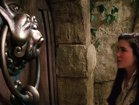 La puerta con el aldabón de la anilla en las orejas en Dentro del laberinto - Cine de Escritor