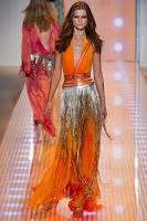 оранжева дълга рокля със сребърни ресни, на Versace