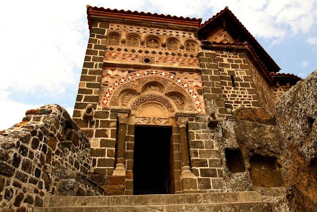 De voorgevel van de Chapelle Saint-Michel D'Aiguilhe in Le Puy en Velay