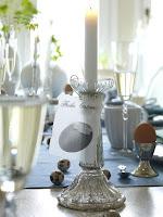 Сребърен свещник със свещ и декорация на великденска трапеза