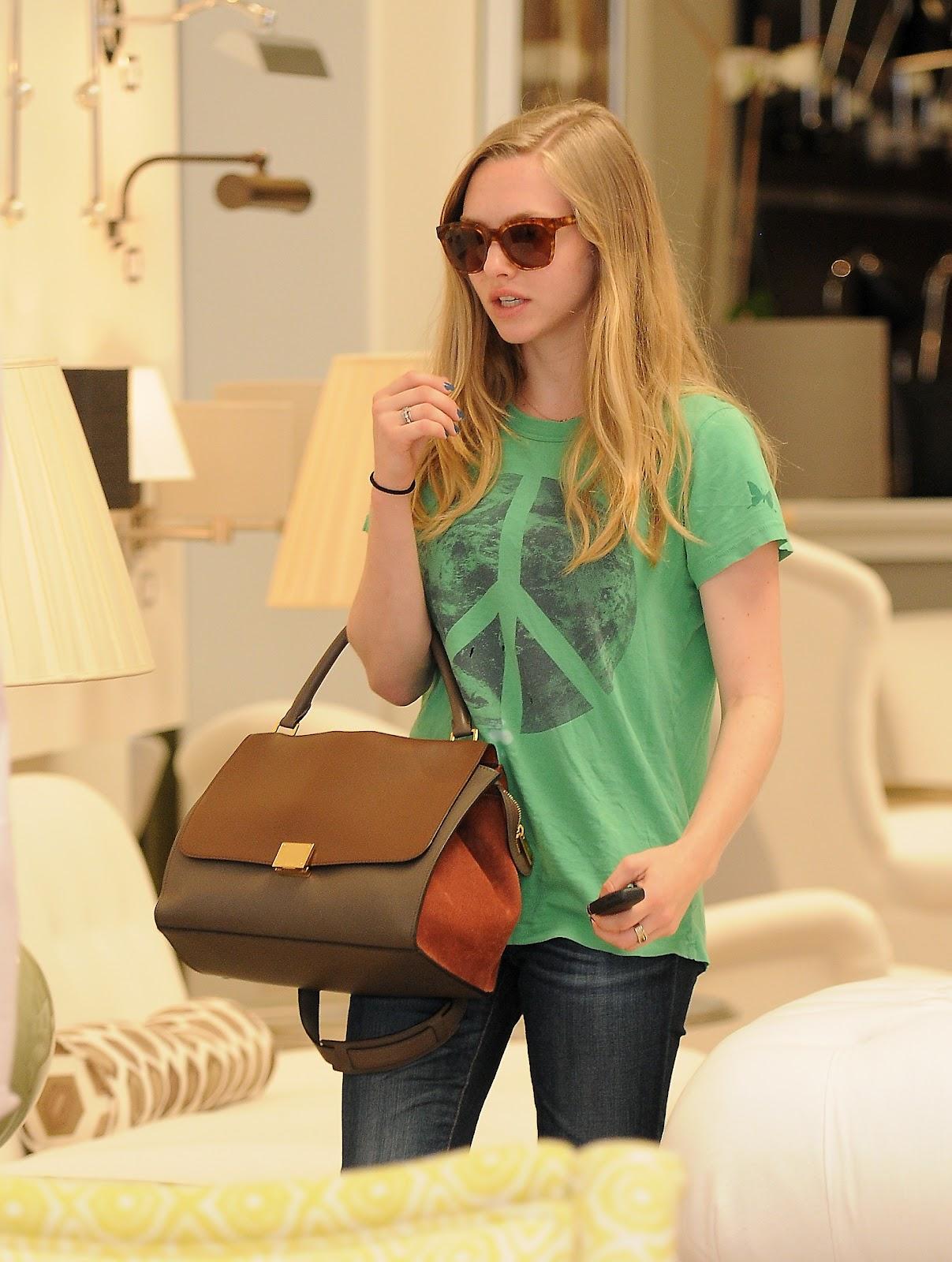 http://2.bp.blogspot.com/-97KgmbpvhGU/T90XfIfcNKI/AAAAAAAAIIc/bYaan2ZpM38/s1600/Actress+Amanda+Seyfried++at+Furniture+&+Fabrics+store+in+Los+Angeles+-07.jpg