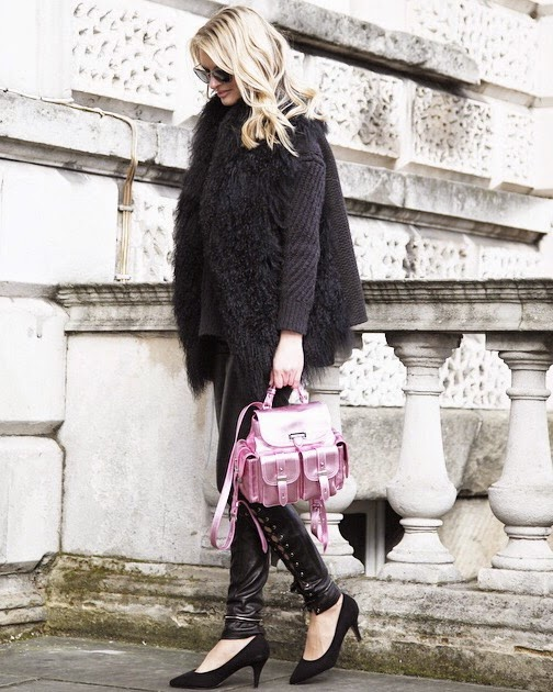 Fashion week streetstyle, lonodn fashion week, pinghe leather pants, leather trousers, apsinal of london letter box rucksack, metallic pink rucksack, kurt geiger heels, kurt geiger black heels, london, fashion blogger london, german fashion blogger