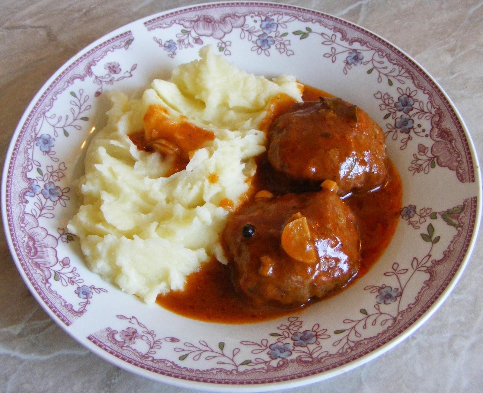 chiftele, chiftele marinate, chiftelute marinate, retete mancare, retete de mancare, chiftele cu sos, chiftelute cu sos, chiftele cu sos si piure de cartofi, chiftele marinate cu piure de cartofi, retete culinare,
