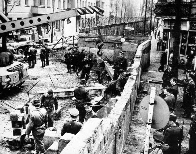 Construcción del muro de Berlin en 1961
