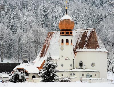 Iglesia navada en invierno