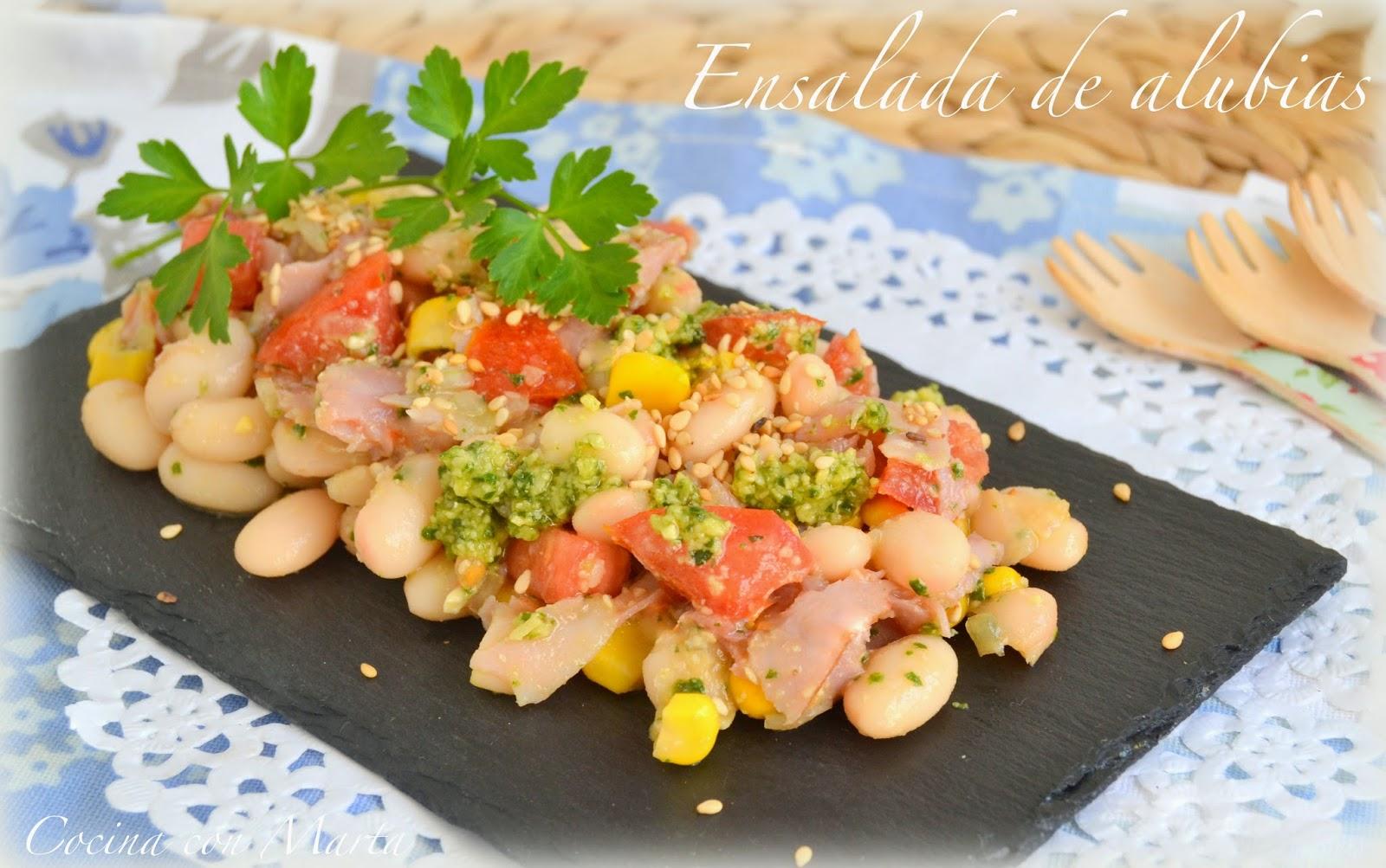 Ensalada de alubias con salsa pesto. Receta fresca, ligera, fácil, casera para el verano.