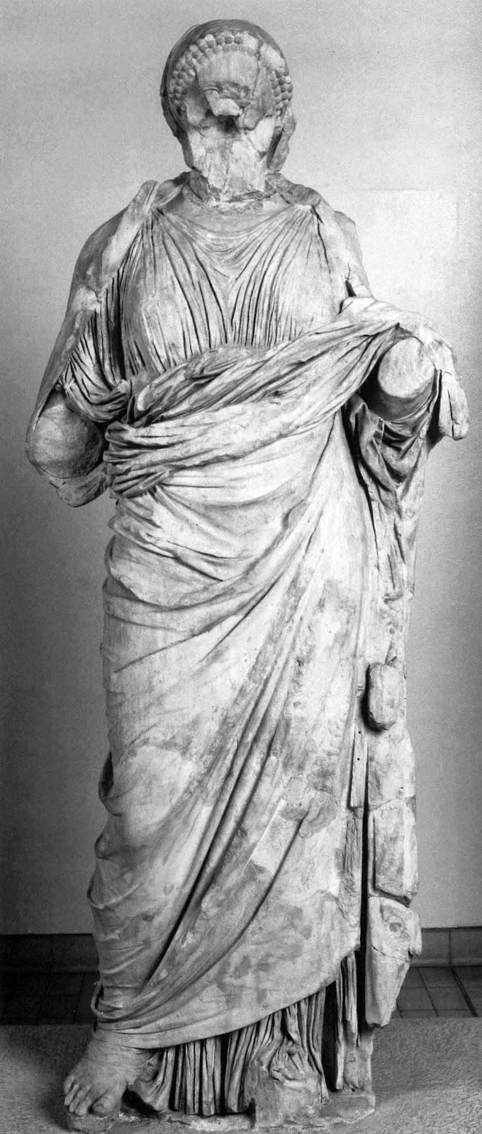 Άγαλμα όρθιας ντυμένης γυναίκας από το Μαυσωλείο της Αλικαρνασσού. Λονδίνο