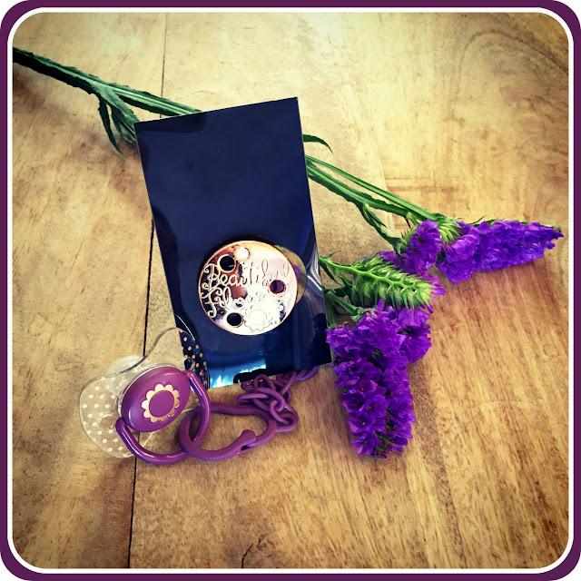 Chupete y broche de la Colección Haute Couture de Suavinex para una flor