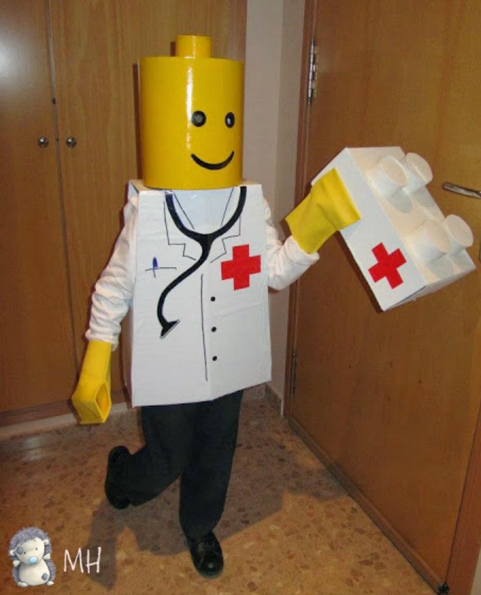 Disfraz de Lego Médico hecho con cartón
