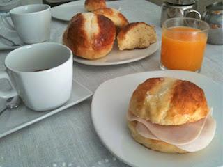 Desayuno con bollos suizos