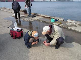 函館のじいちゃんとカニ釣りをする6歳息子