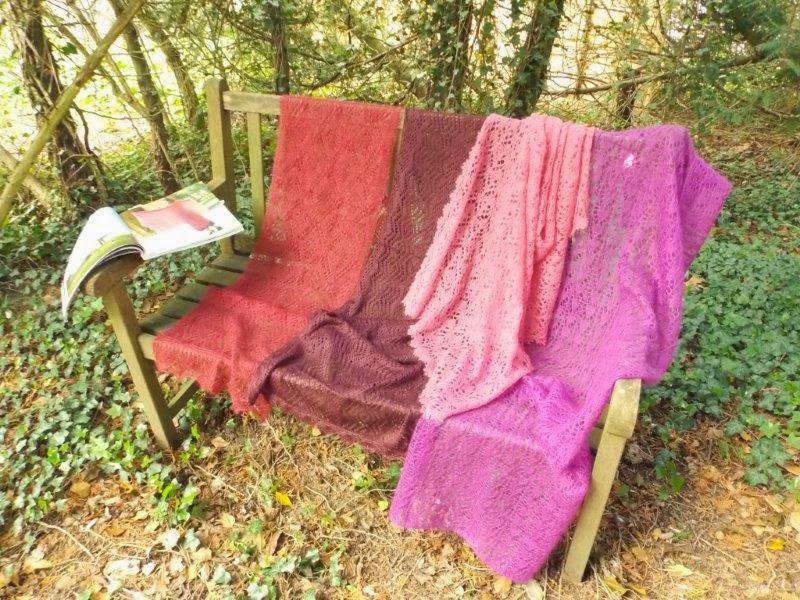 TE KOOP: diverse rood roze sjaals.