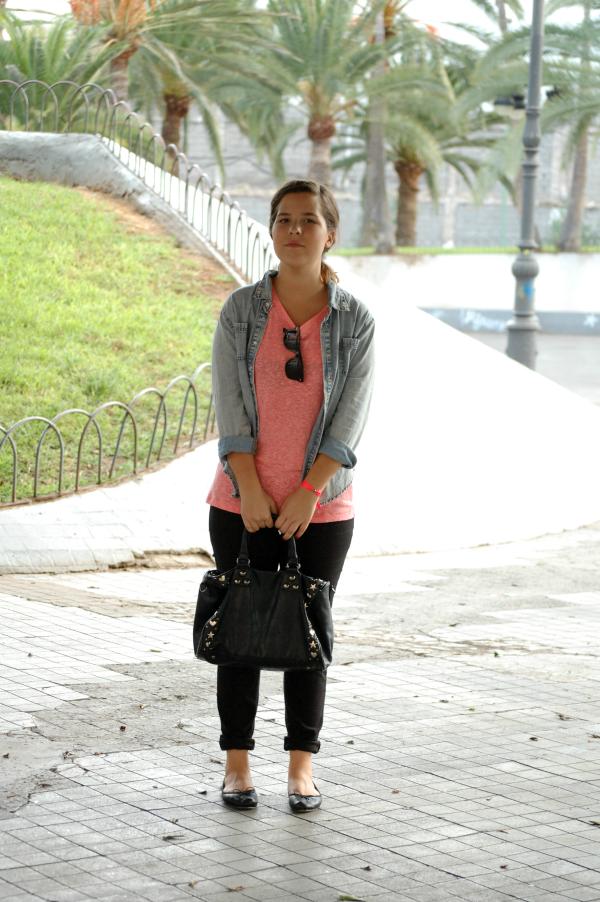 look_outfit_cómodo_básico_camisa_vaquera_camiseta_flúor_nudelolablog_03