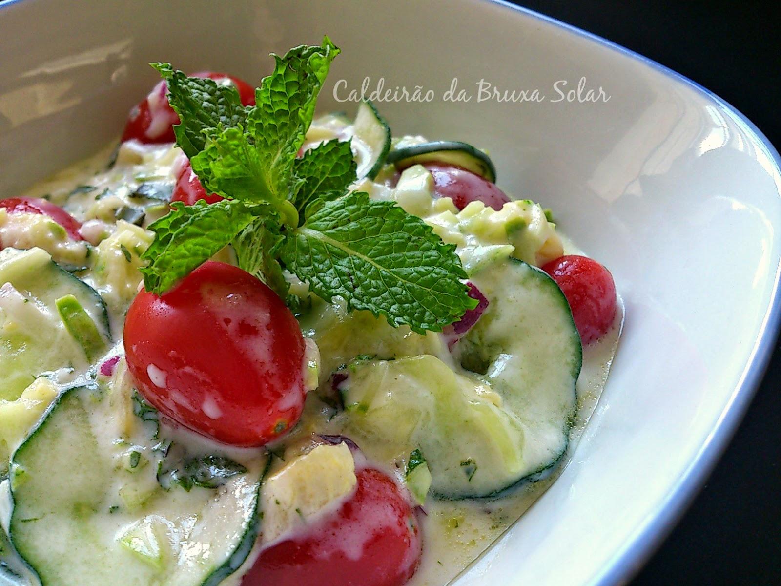 Salada de pepino, abobrinha, tomate uva, iogurte e hortelã