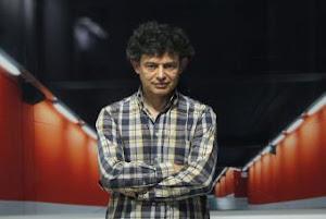 José Manuel Ballester ante su obra Aparcamiento rojo (Madrid).