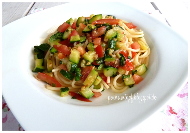 penne im topf pasta mit zucchini und tomate. Black Bedroom Furniture Sets. Home Design Ideas