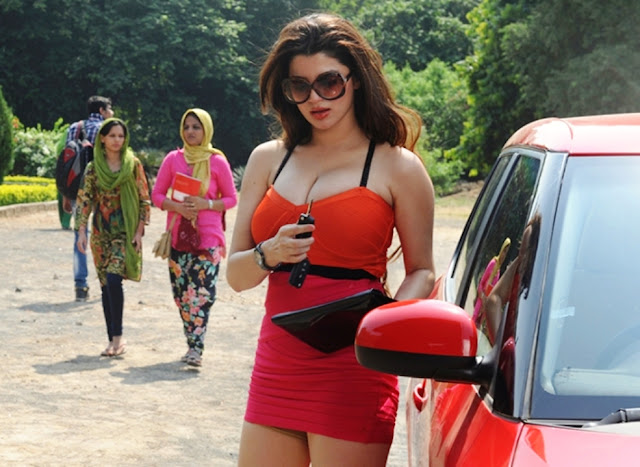 Kainaat Arora Hot Boobs Show Still in Grand Masti Movie