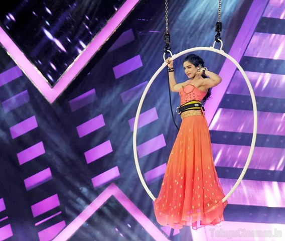 Adah Sharma is talk of town ,Adah sharma was talk of the town,Adah sharma rocked with her performance ,Adah sharma rocked in siima ,adah sharma hot in siiima ,Adah sharma hot dance in Cine Maa awards