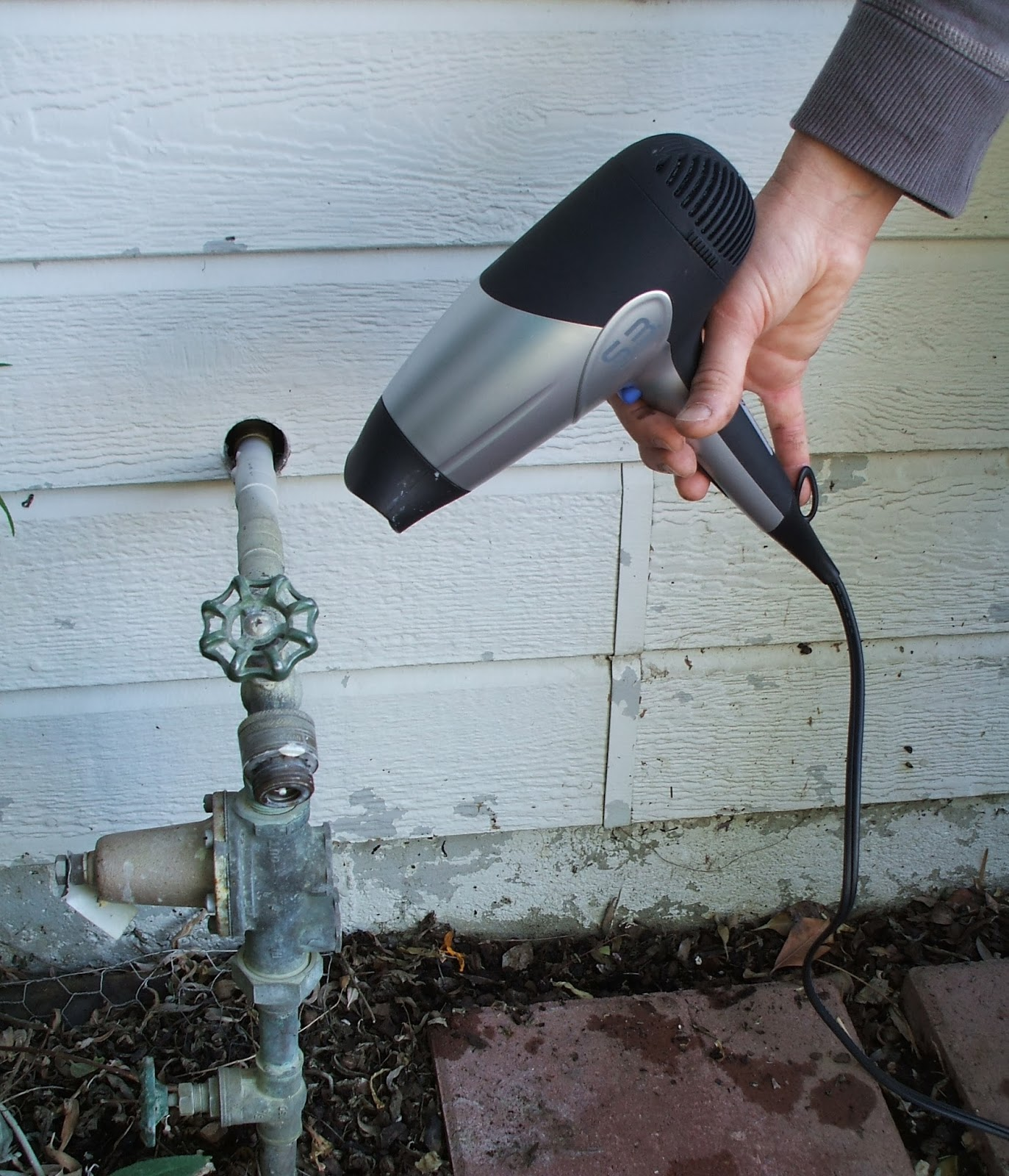 Prevent your pipes from freezing and keep it working during the winter.