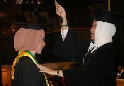 Rektor UGM Mewisuda Wakil Wisudawan www.guntara.com