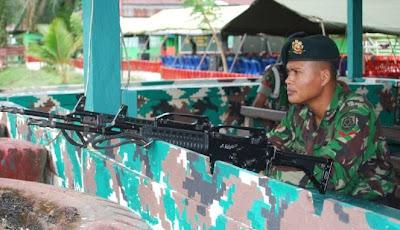 Seorang personil TNI berjaga di pos perbatasan Indonesia