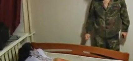 Девчонку наказывают видео