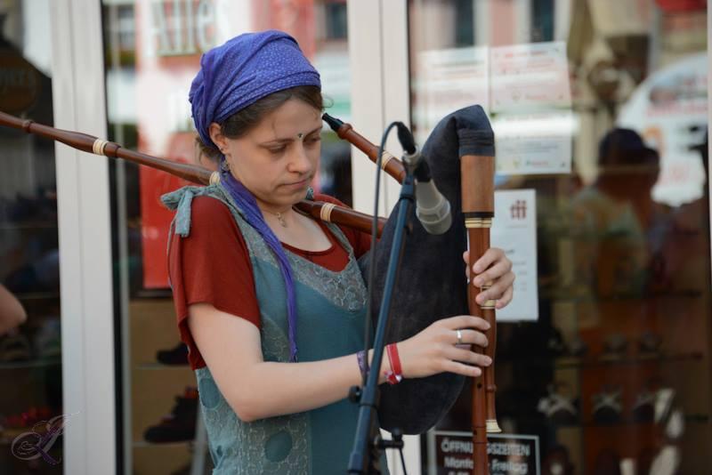 Ich spiele verschiedenen Dudelsäcke, Querflöte, Gitarre, Whistle, keltische Harfe