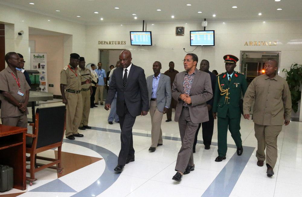 Rais Jakaya Mrisho Kikwete akiwasili katika Uwanja wa Ndege wa Kimataifa wa Julius Nyerere jijini Dar es salaam mara baada ya kurejea nyumbani baada ya ziara ya kikazi mjini Geneva.