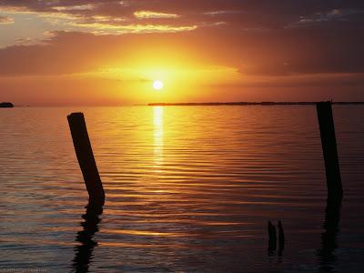 Pantai indah dengan sunset matahari terbenam