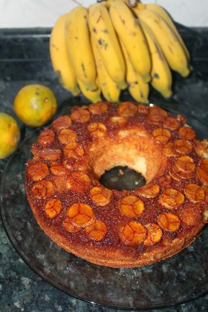 Bolo de laranja com banana e cobertura caramelada
